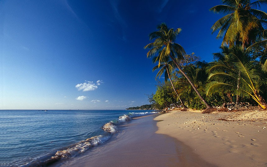 8. Маллинс Бич на Барбадос пользуется популярностью как среди туристов, так и среди местных жителей. Мелкий песок, водные виды спорта, лежаки, отличный ром, мороженное и холодное пиво. Вот, что ждет вас на этом пляже.