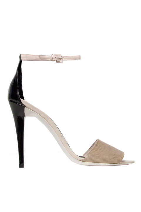 2. Туфли с ремешком на щиколотке.