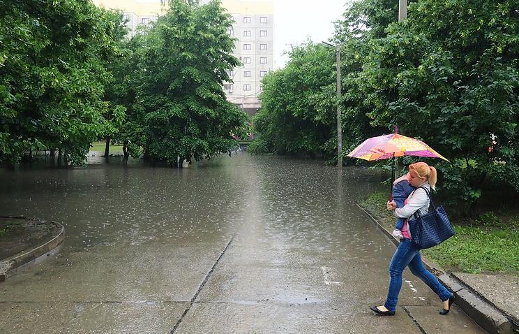 2. Вместе с градом на юг России пришли сильные ливневые дожди. Особенно пострадал Краснодар, который практически весь залило водой.