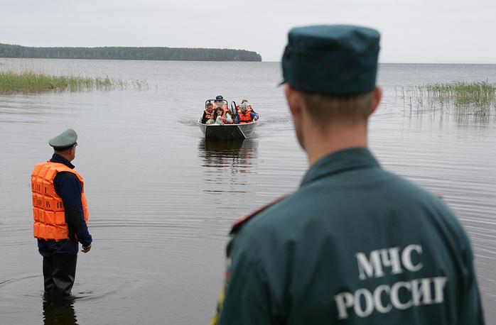 """1. В субботу, 18 июня участники оздоровительного лагеря """"Парк-Отель Сямозеро"""" попали в шторм на лодках на водоеме."""