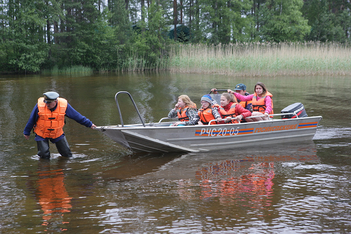 2. Всего в лодках было 47 детей и четыре инструктора.