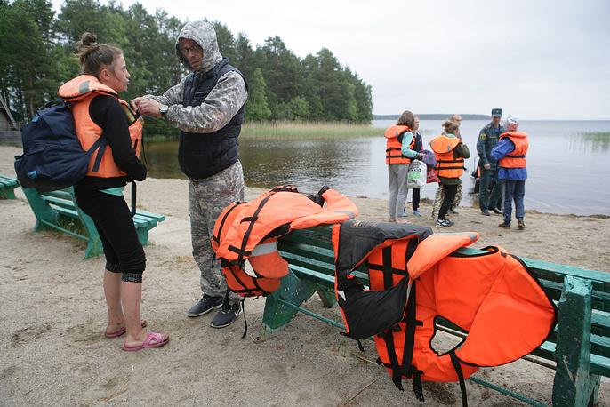 3. Из-за сильного ветра лодки с детьми перевернулись и затонули.