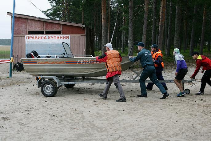 7. Это директор лагеря Елена Решетова, ее зам и двое инструкторов.