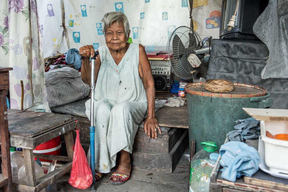 7. Фотографу даже удалось побывать на 80-м дне рождения этой женщины. Женщина живет в склепе где похоронен ее муж.