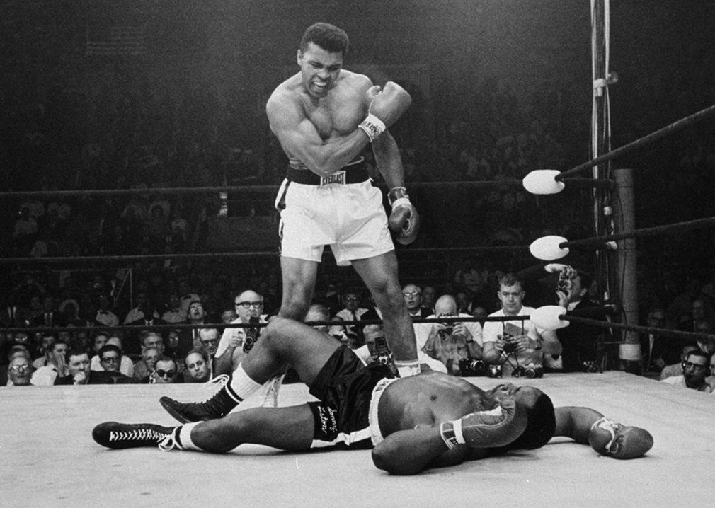 14.Самая известная фотография Али, когда он стоит над поверженным Сонни Листоном.