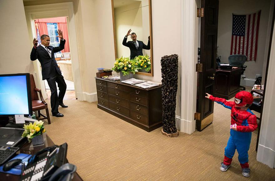 10. Обама дурачится с ребенком.