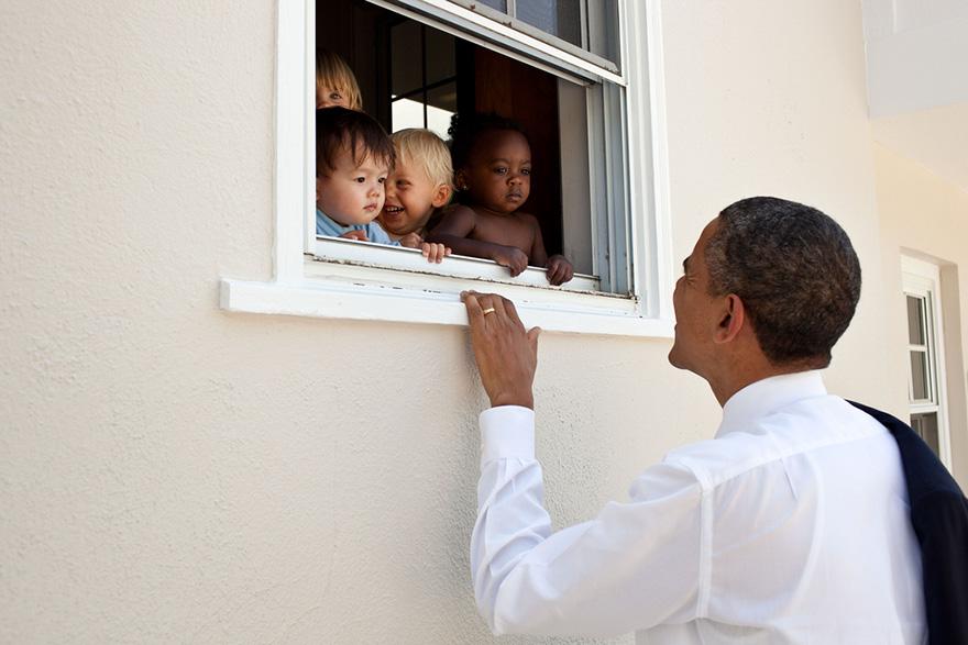 13. Фотограф очень много уделяет внимания фотографиям президента с детьми.