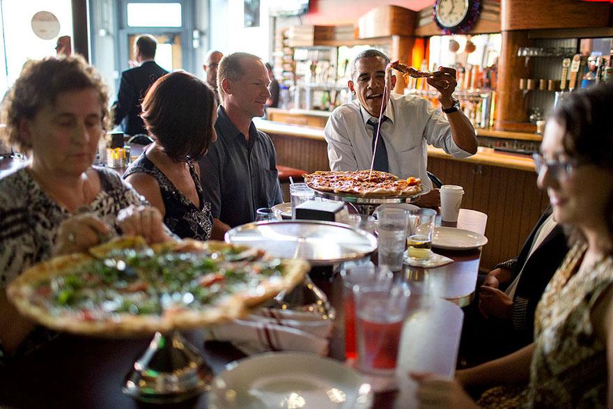 14. Барак Обама в пиццерии.