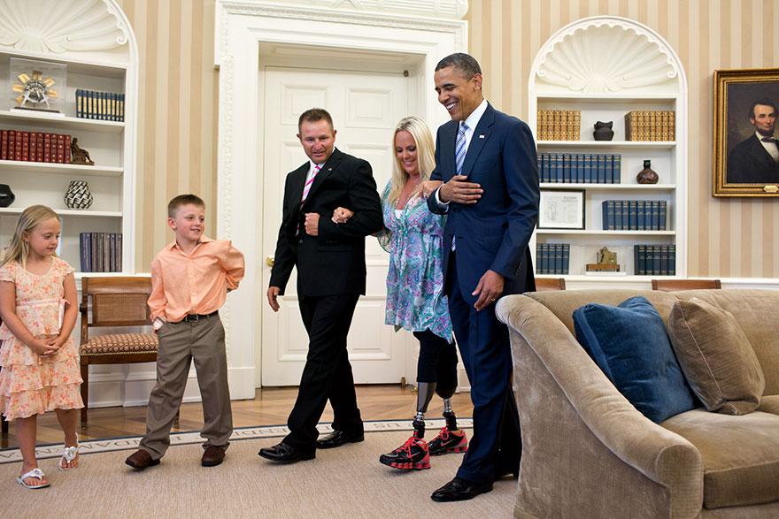 17. Барак Обама встречает Стефани Деккер, которая потеряла ноги во время торнадо в Индиане, спасая своих детей.