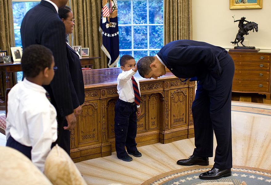 4. Мальчик трогает волосы президента сравнивая их со своими. Фотографии с детьми создают положительный образ президента.