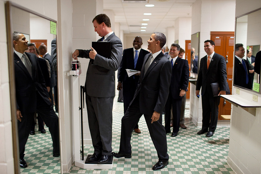 5. Барак Обама в шутку нажимает на весы. Президент должен иметь чувство юмора и именно это должен передать фотограф.