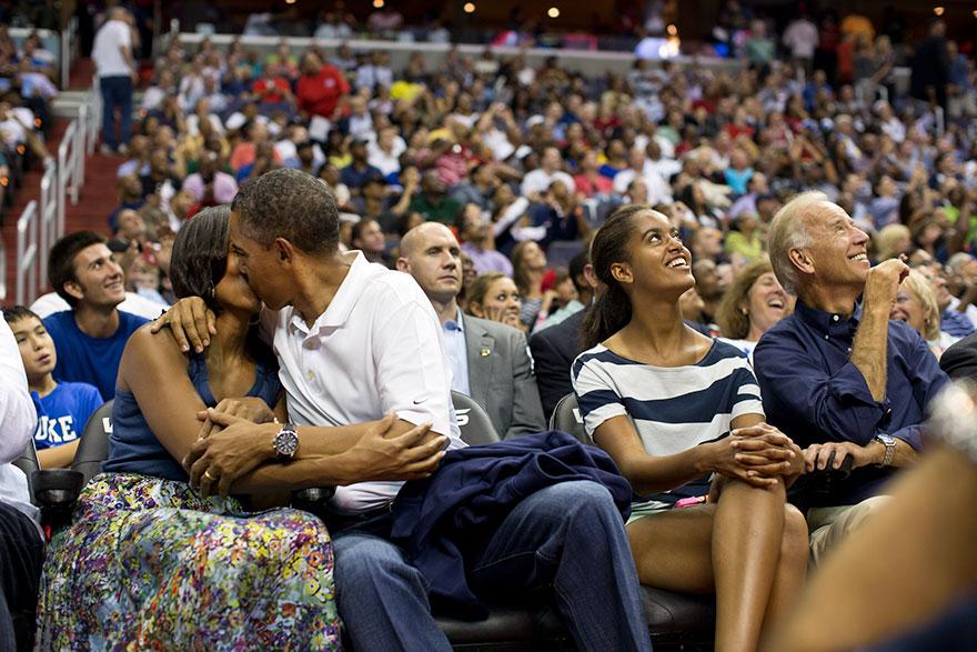 6. Поцелуй президента и первой леди Мишель Обамы. Фотограф должен показать образ любящего мужа.