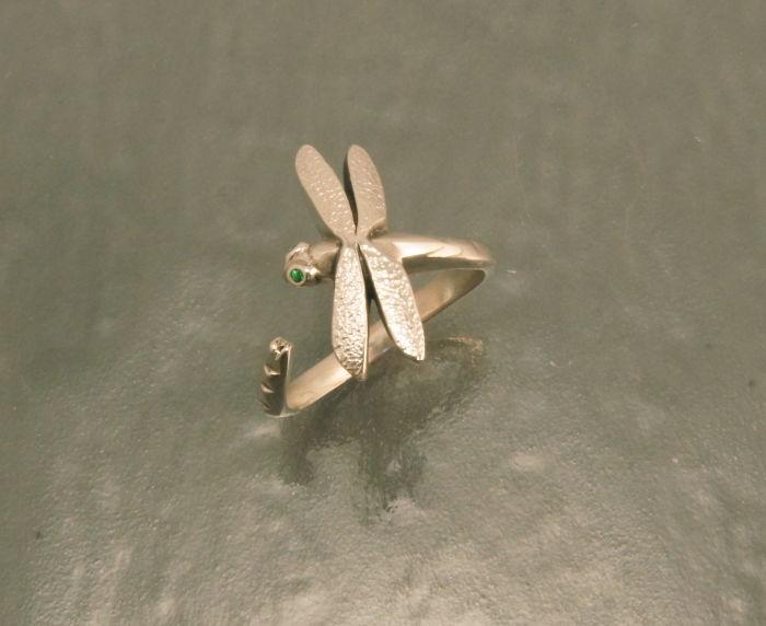 12. Очень изящное колечко-стрекоза с зелеными глазами.