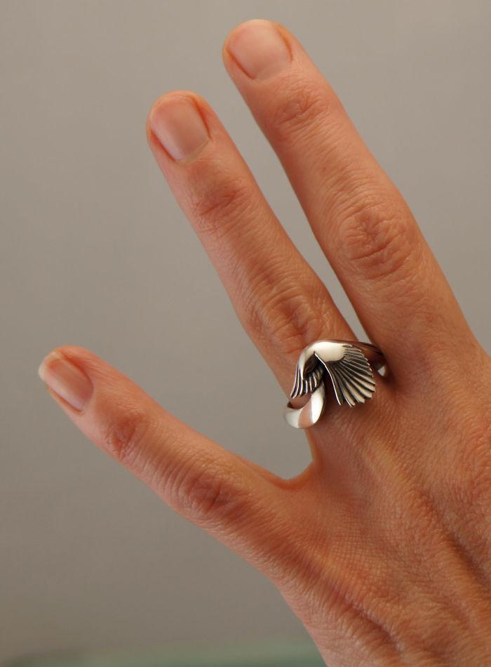 9. Серебряное кольцо с сорокой – великолепный подарок, который будет оценен по достоинству.