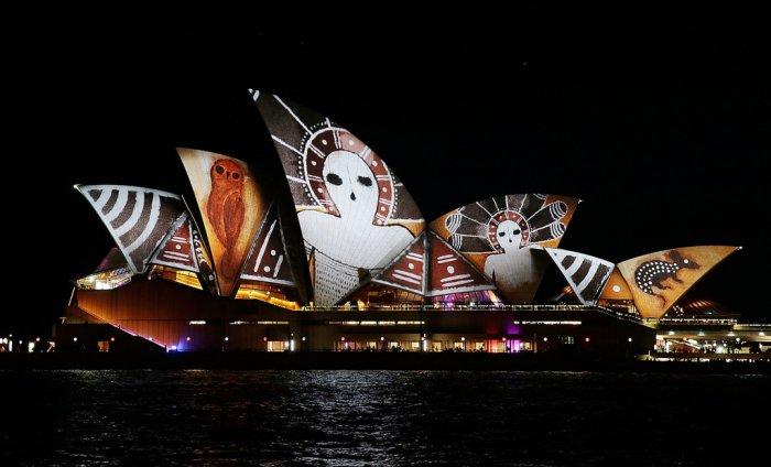 1. Световая проекция на Сиднейский оперный театр стала основным событием фестиваля. Оперный театр является визитной карточкой Сиднея, поэтому не удивительно, что все внимание было уделено именно ему. (больше фотографий театра на http://photonew.ru/).