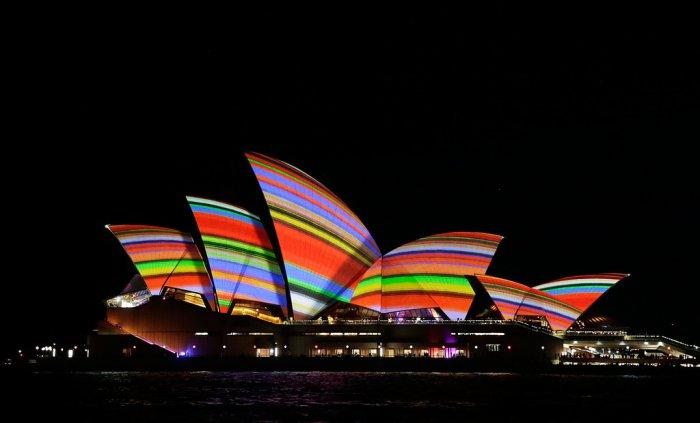 2. Знаменитое световое шоу насчитывало более 60 захватывающих световых инсталляций. Проекция картинок на здания оживили набережную Сиднея, а визитной карточкой стало маппинг-шоу на Сиднейский оперный театр.