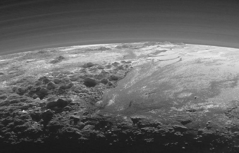 3. Катание на лыжах по замерзшим склонам Плутона.
