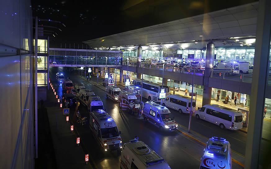 5. Всего в аэропорту прогремело три взрыва. Два в терминале и один на парковке.