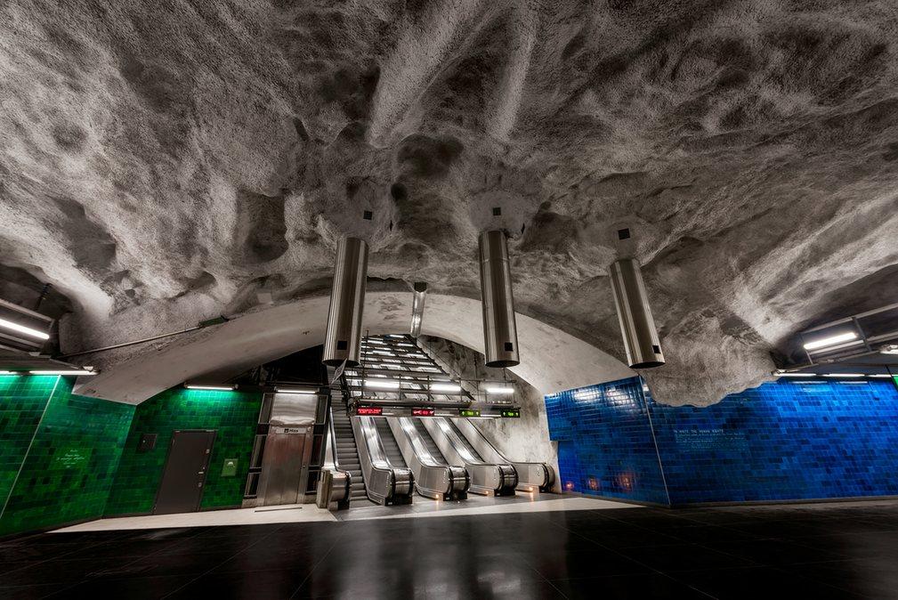 6. Трубы выходят из потолка на станции Universitetet.