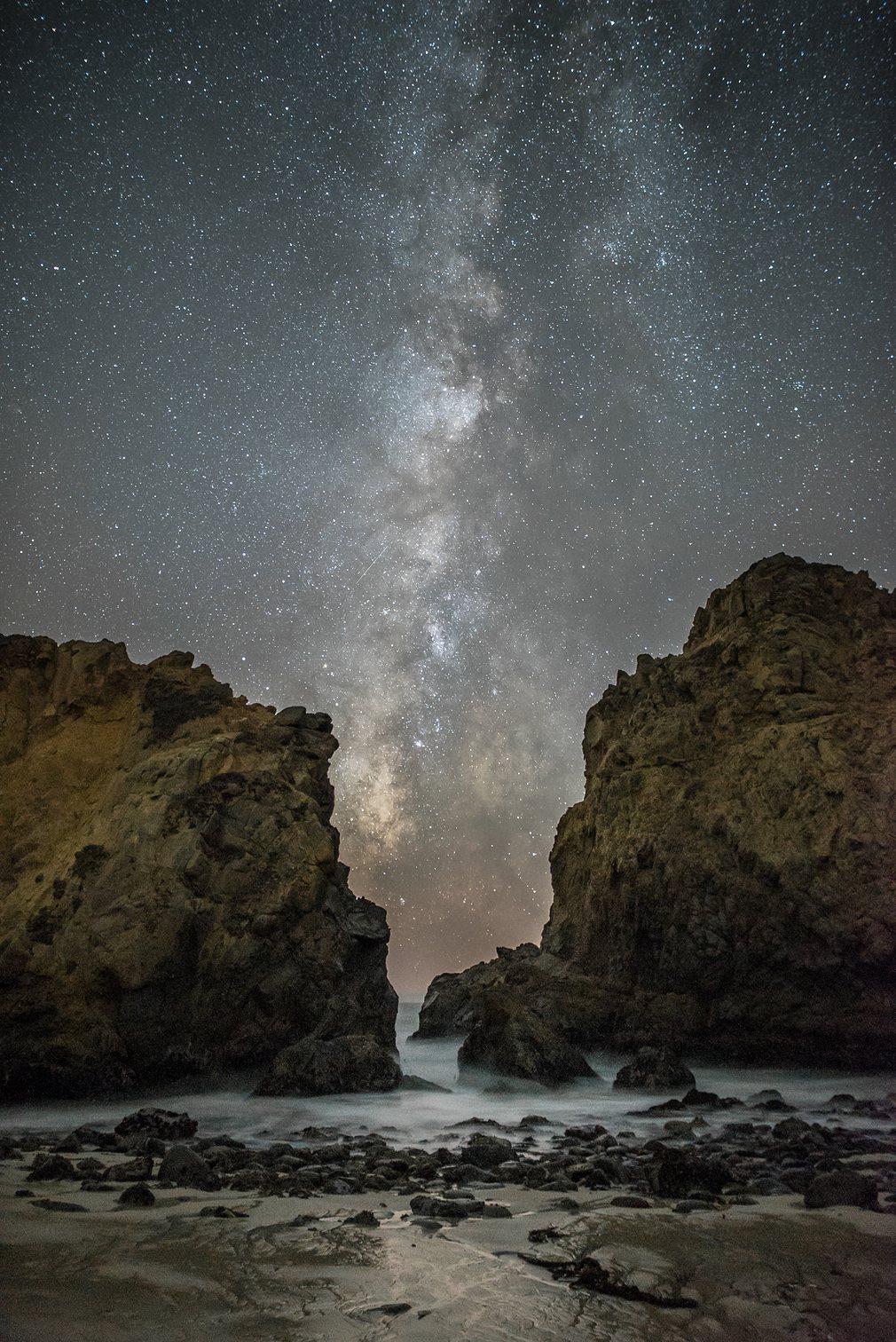 12. Рик Витакр (США) – Между скал. Наша галактика, Млечный Путь, простирается на ночном небе между двумя внушительными скалами на пляже Пфайфер в Калифорнии.
