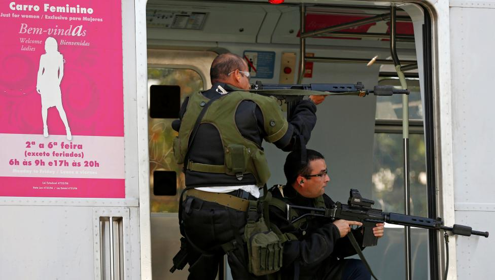 16. Эти военные изображают террористов и имитируют нападение на железнодорожную станцию.
