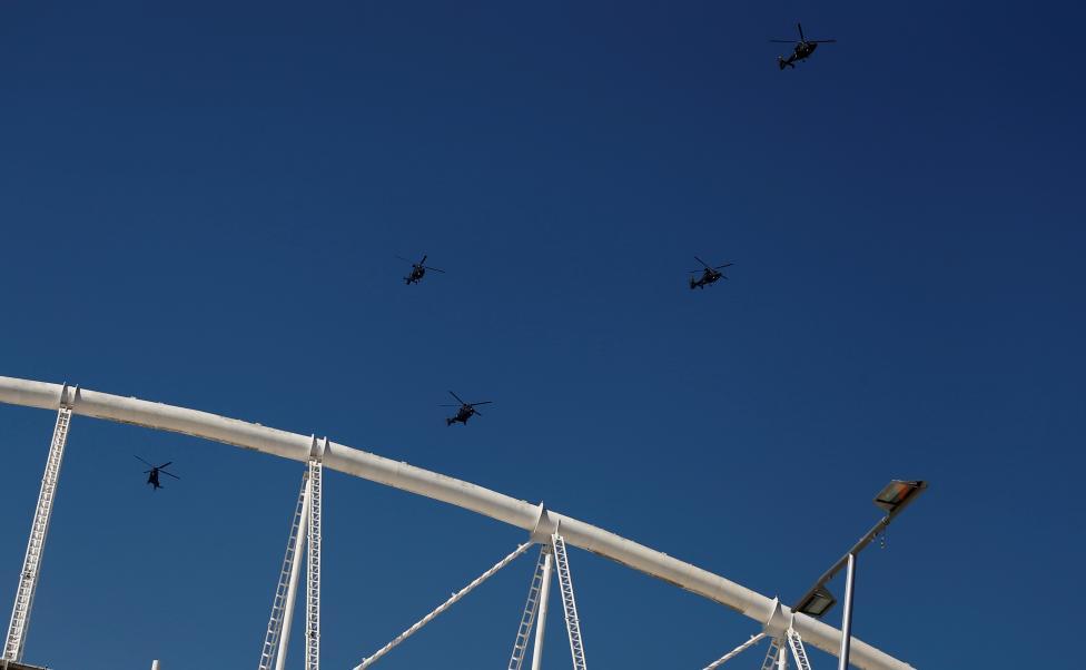 17. Небо патрулируют вертолеты.