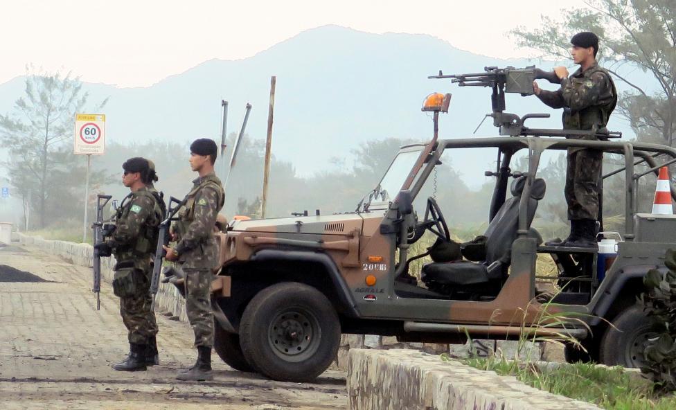 19. Военные автомобили с пулеметчиками патрулируют побережье.