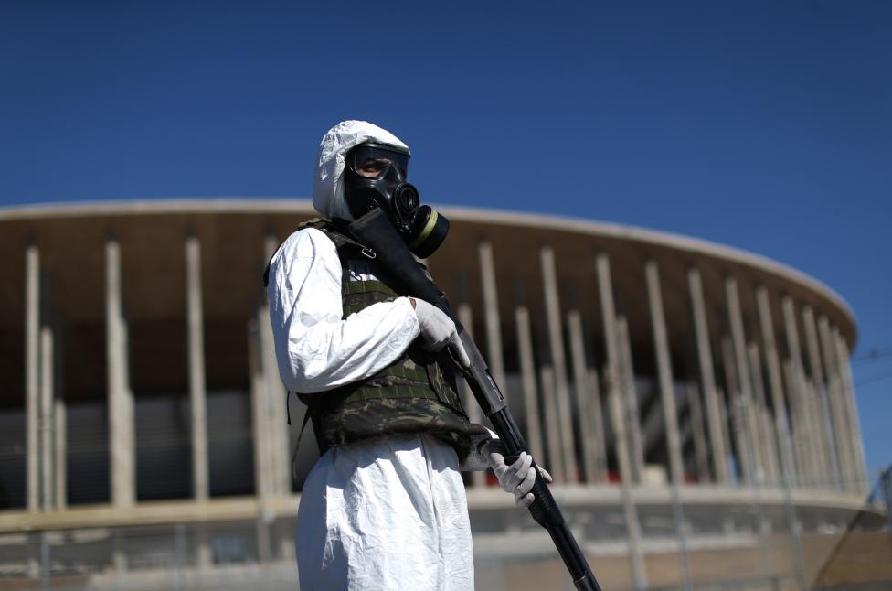 2. Костюм против химической атаки, противогаз, бронежилет и боевое оружие – так экипированы бразильские военные.