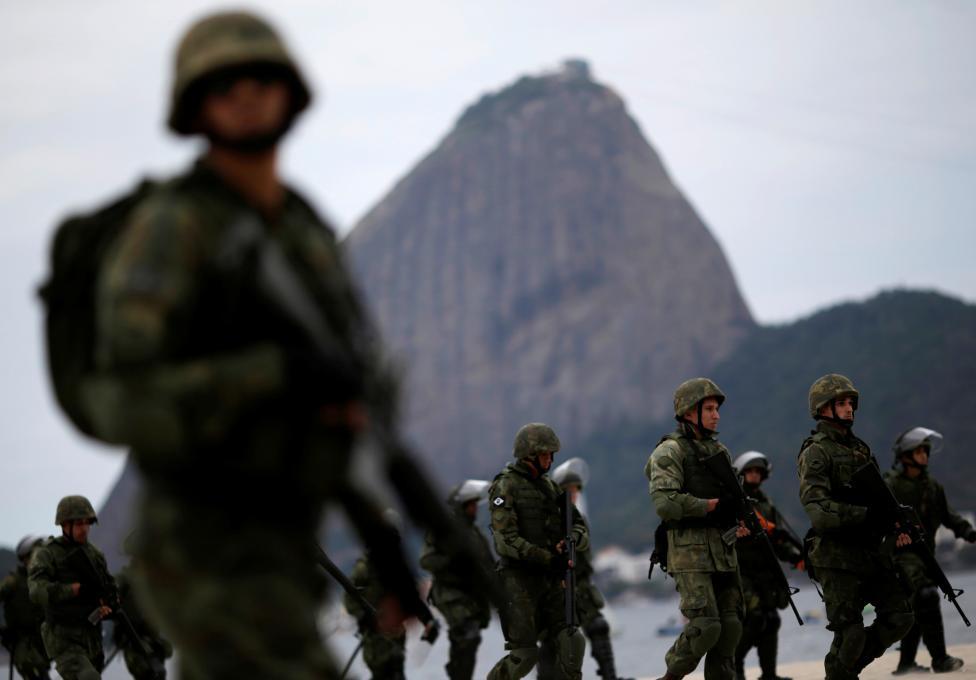 5. Учения бразильских ВМС проходит на пляже Фламенго.