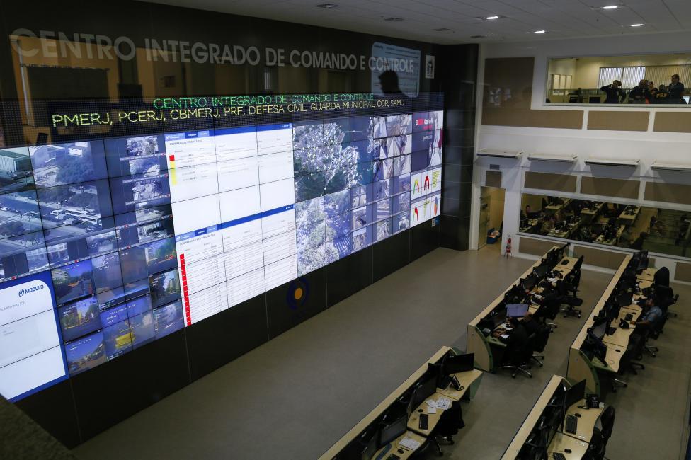 7. Координировать работу полицейских, пожарных и военных будет единый командный центр управления безопасности.