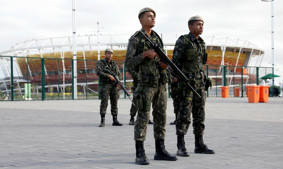 8. Бразильские военные рядом с теннисным центром.