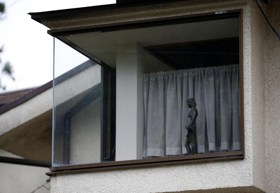 10. Позже полиция обнаружит разбитое окно и лежащий рядом молоток.