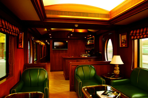 5. Красно-золотистые вагоны поезда могут перевезти одновременно 88 пассажиров.