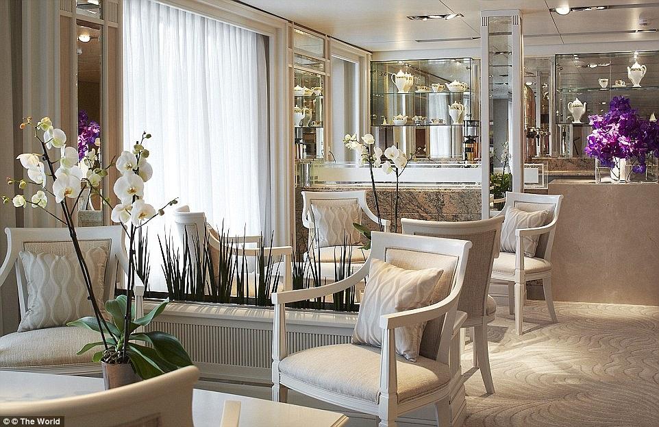 13. Яхта может похвастаться стильным интерьером от известных дизайнеров.