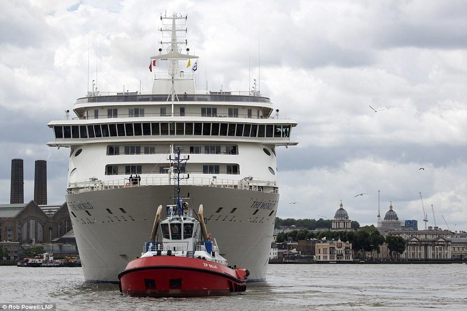 2. Сейчас судно прибыло в Лондон, после чего оно направится во Францию, а затем в Испанию.