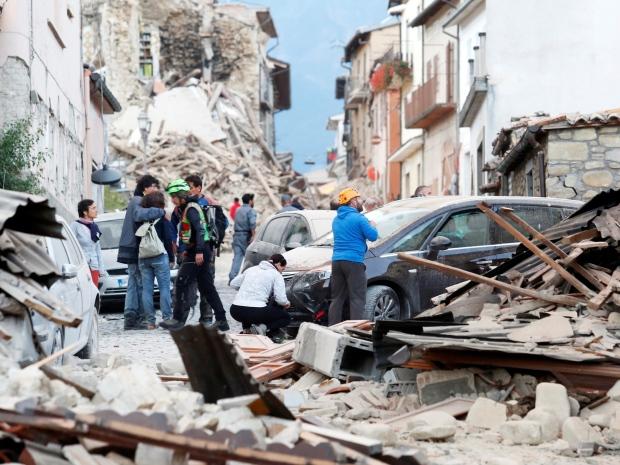 4. Спасатели обследуют обломки.