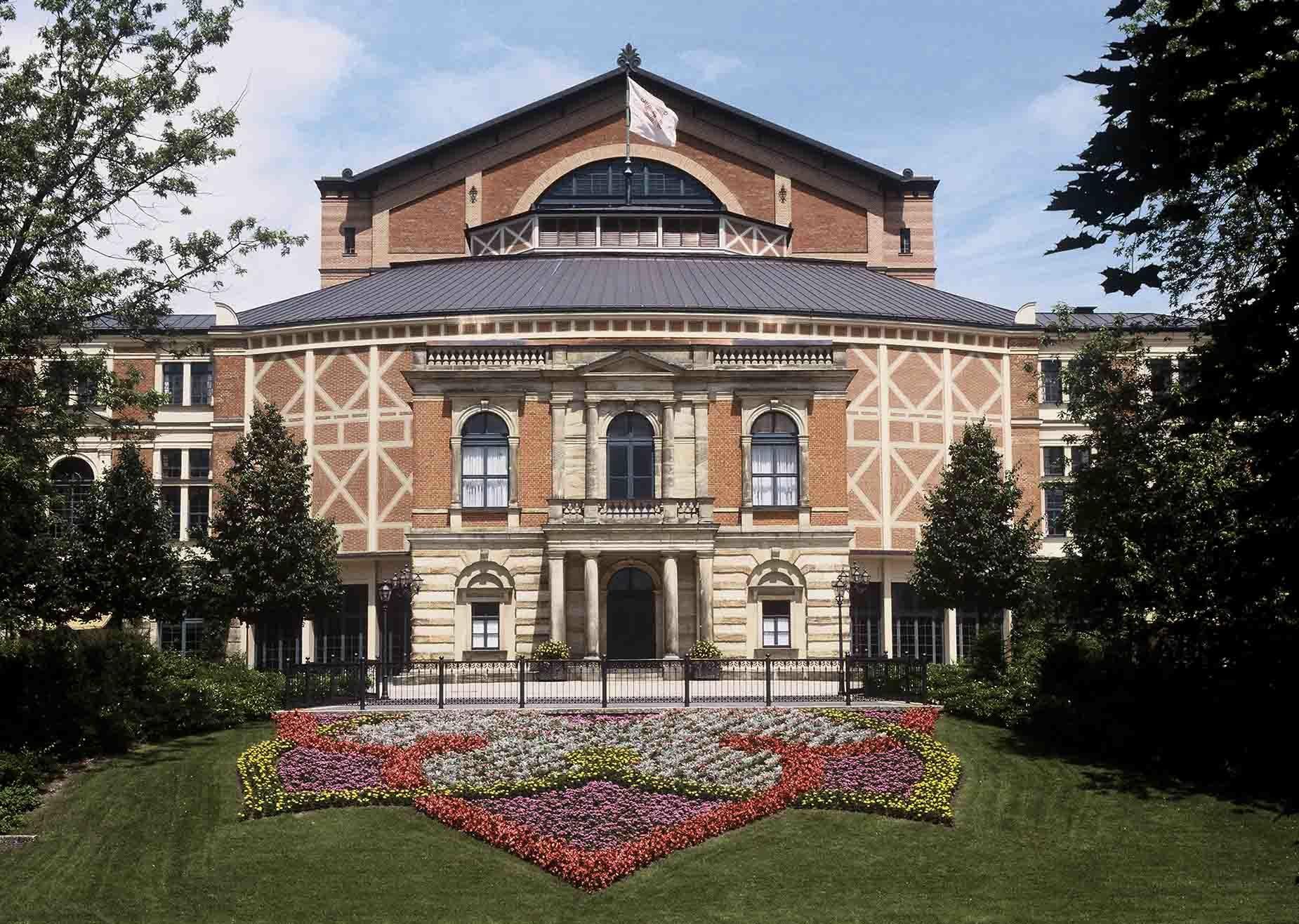 8. Фестивальный театр расположенный в Баварии в городе Байрот. В театре в основном ставят оперы Рихарда Вагнера.