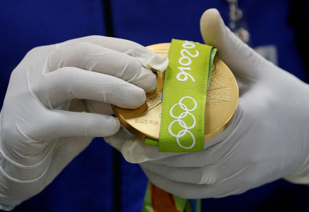 17. Ленточка прикреплена к медали, но это еще не весь процесс.
