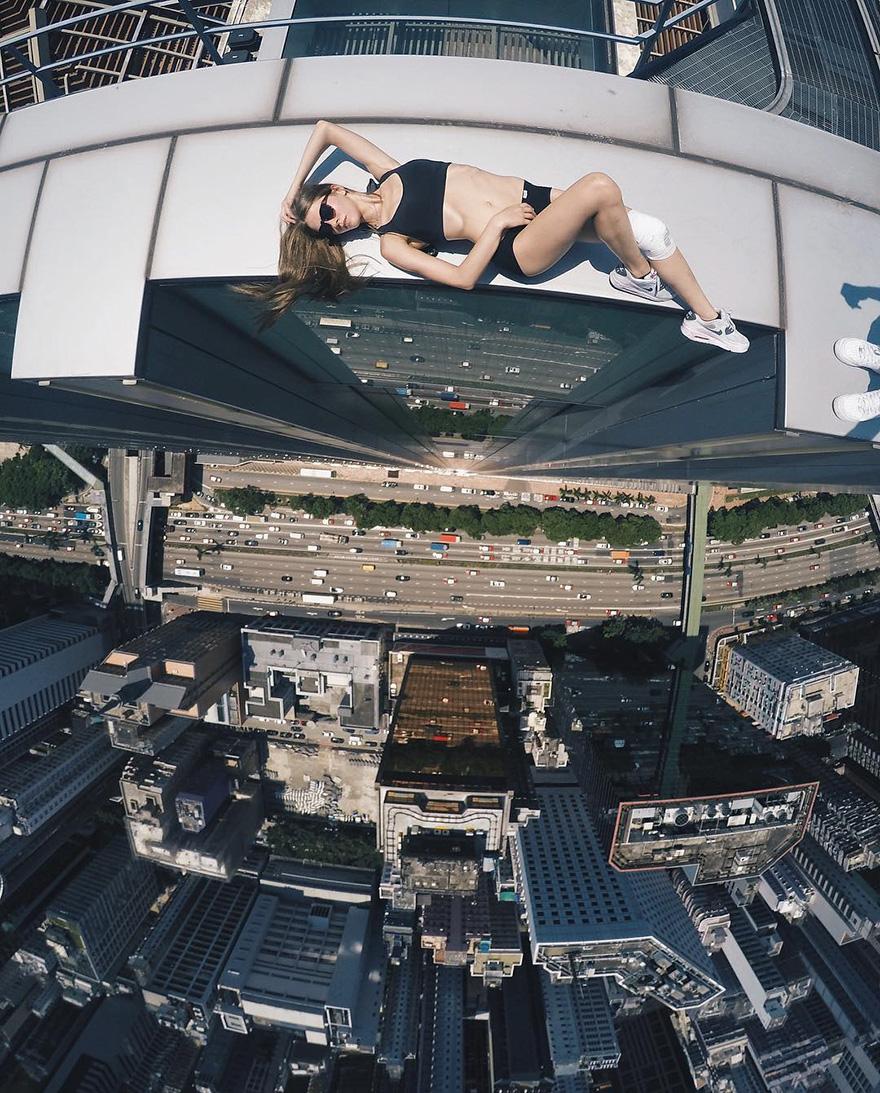 2. Девушка фотографируется на огромной высоте, очень часто на самом краю крыш.