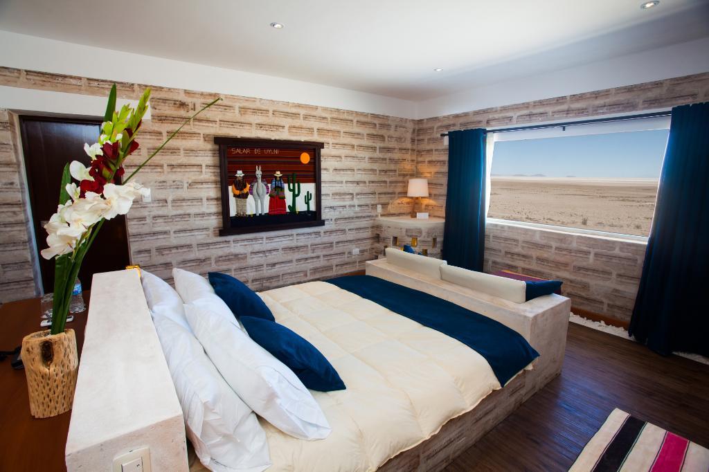 4. В отеле семь номеров, достаточно больших, чтобы разместиться даже большой семье. Из номеров открывается прекрасный вид на солончак. Все стены сделаны из соляных блоков.