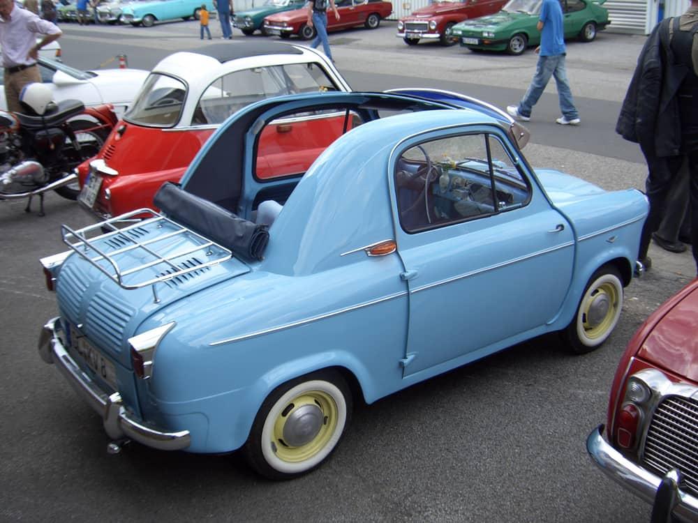 2. Piaggio Vespa 400. Вест автомобиля всего 360 кг.