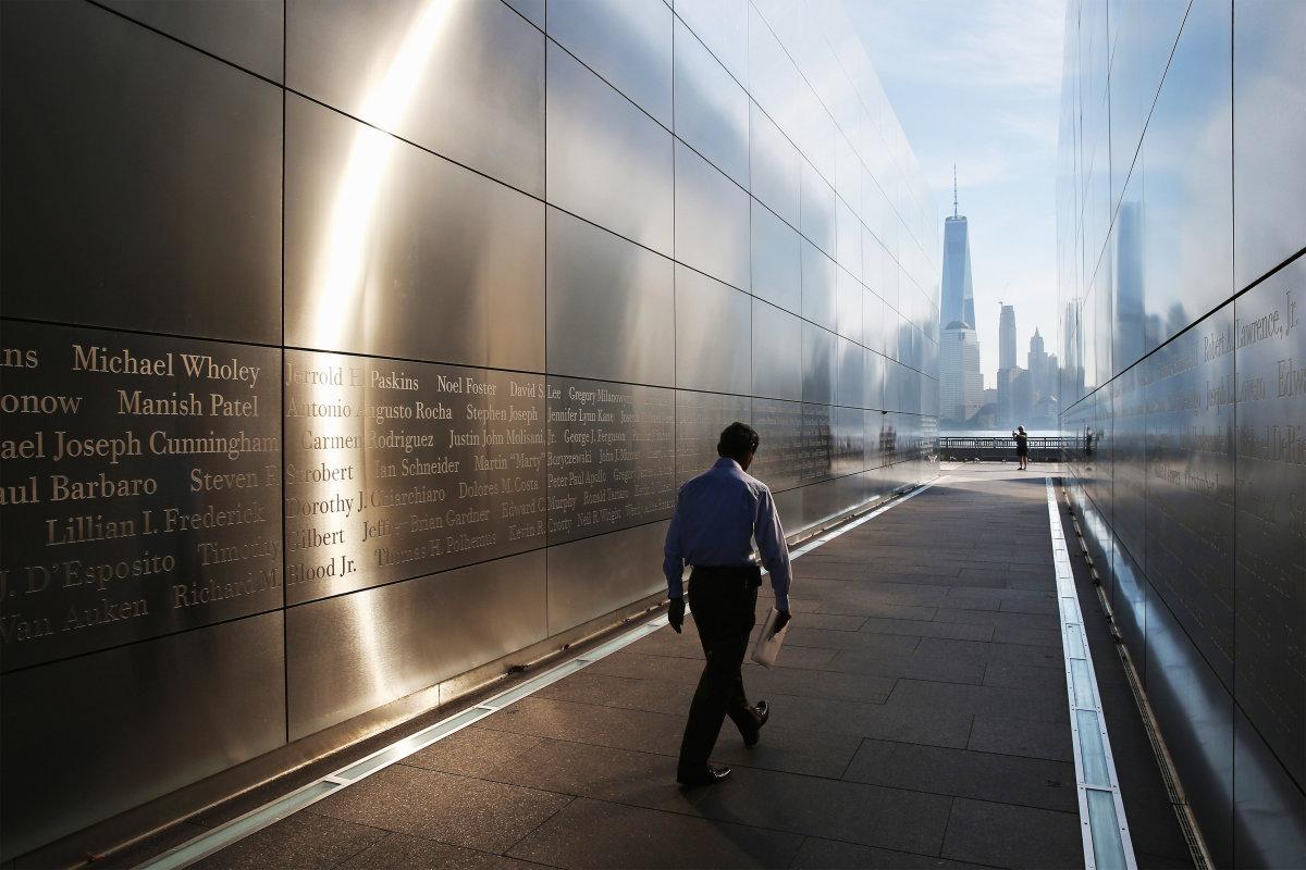 1. В это день тысячи людей пришли почтить память жертв к мемориалам, посвященным трагедии 11 сентября. Мемориал Empty Sky 9/11 в парке Либерти Стейт в Джерси.