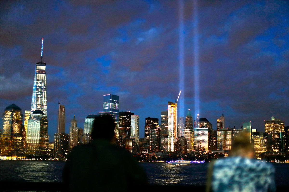 12. Вечером, на месте башен Всемирного торгового центра, зажглись два прожектора, напоминая о тех страшных событиях.