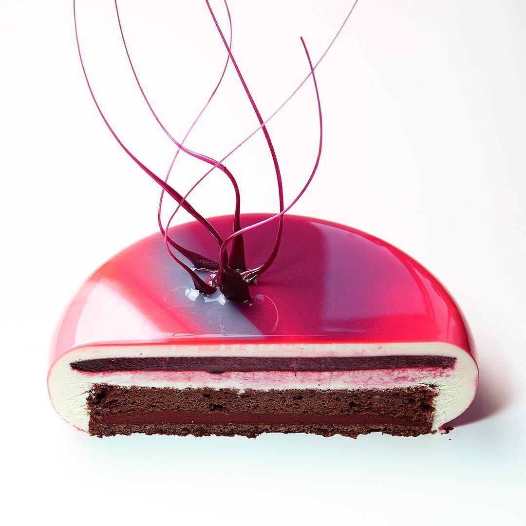 10. Шоколадное песочное тесто, шоколадное кремю со смородиной, шоколадный бисквит, конфи смородина, сливочный мусс.