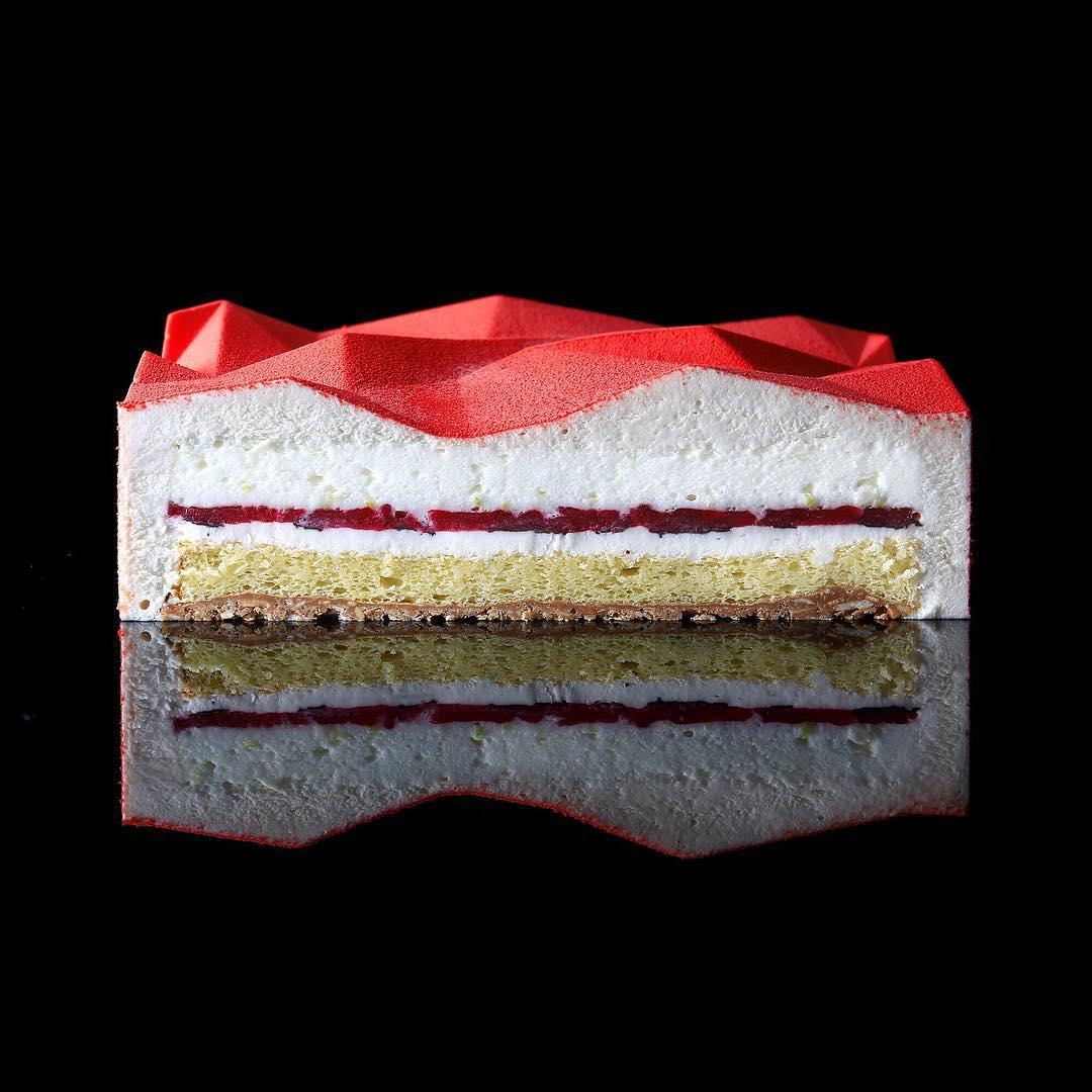 5. Внутри: мусс лайм-базилик с итальянской меренгой, лаймовый мусс-маршмеллоу, конфи лайм-базилик, бисквит, хрустящий слой с миндальными хлопьями.