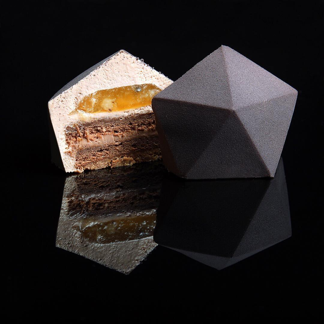 8.  Шоколадное пирожное.