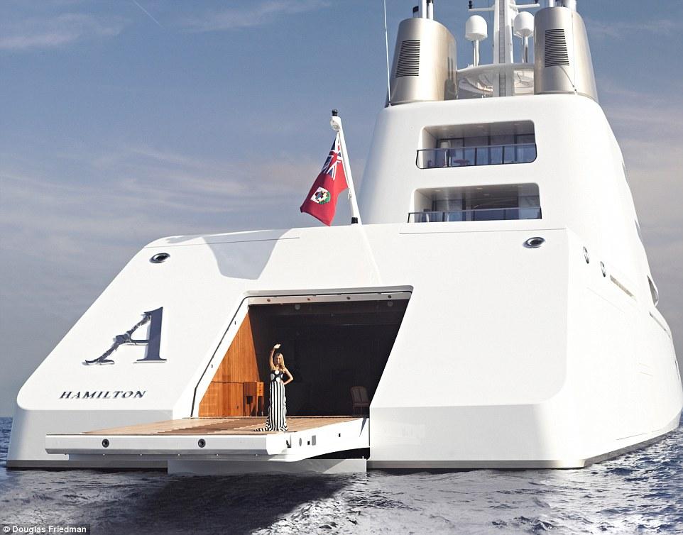 11. Дизайн яхты действительно необычный, если не сказать футуристичный.