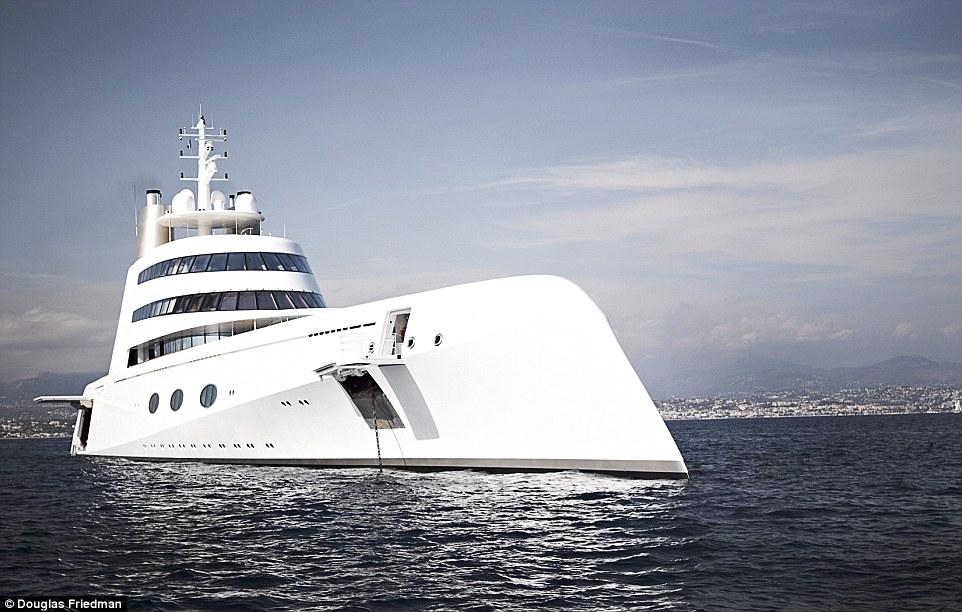 17. Яхта имеет несколько люков для спуска на воду гидроциклов.
