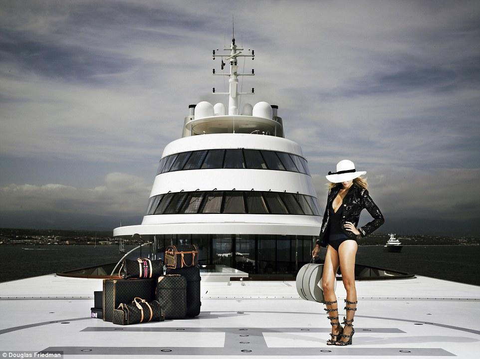 4. И хотя некоторые специалисты не очень лестно отозвались о дизайне яхты, жена Мельниченко явно с этим не согласна.