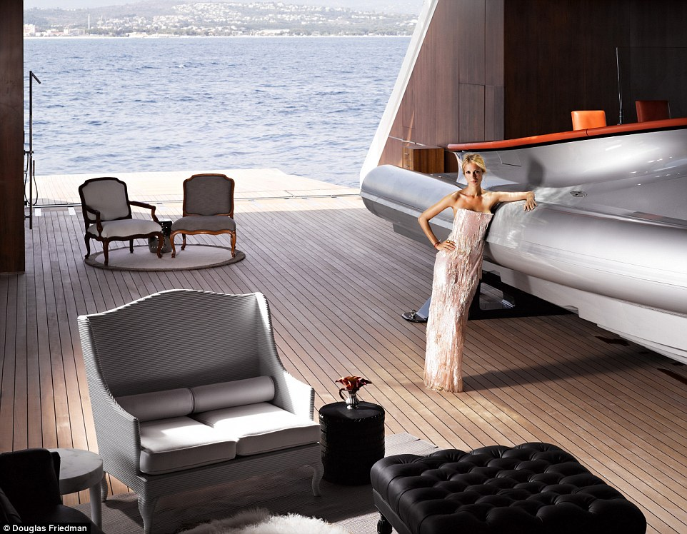 8. Яхта имеет 7 кают, где могут разместиться до 14 гостей.